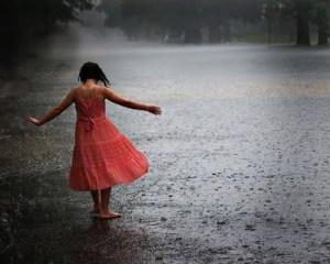 menina na chuva